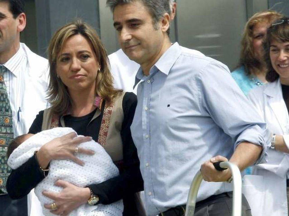 Foto: Carme Chacón y Miguel Barroso con su hijo recién nacido. (EFE)