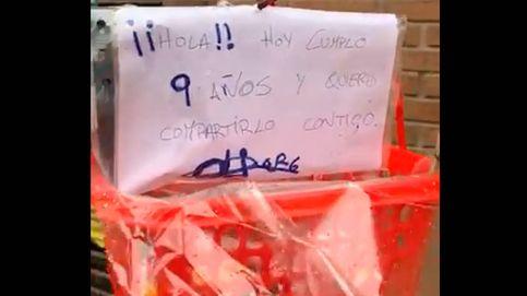 Cumple 9 años y regala caramelos a sus vecinos con una cesta desde su balcón