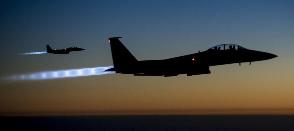 Foto: Dos F-15E estadounidenses vuelan sobre el norte de Irak tras atacar posiciones del Estado Islámico en Siria. (Reuters)