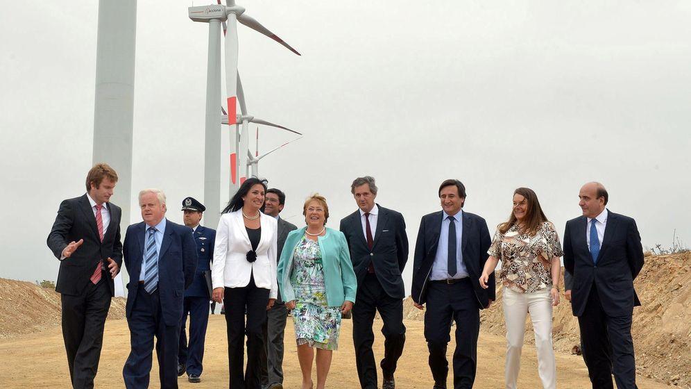 Foto: La expresidenta de Chile M. Bachelet (de verde), inaugura en 2017 un parque eólico junto al presidente ejecutivo de Acciona, J. M. Entrecanales (a su izda.). (EFE)