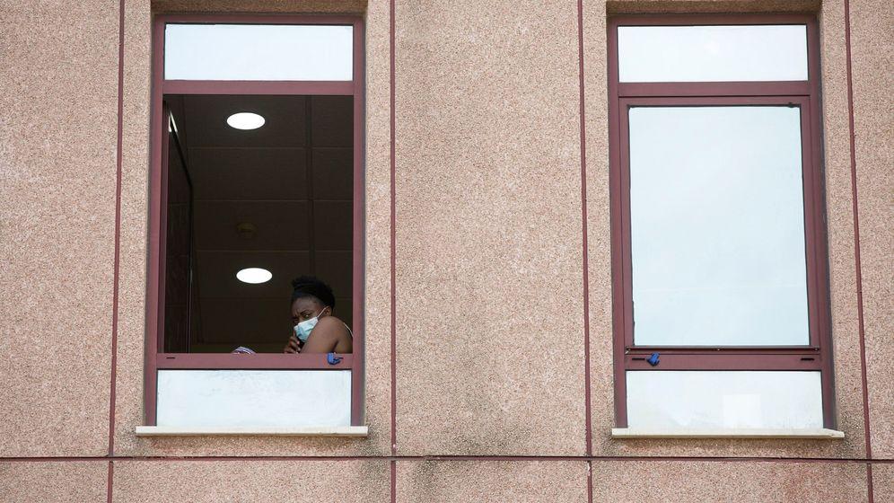 Foto: Una persona habla por teléfono ante una ventana del Centro de Acogida, Emergencia y Derivación de Cruz Roja en Málaga. (EFE)