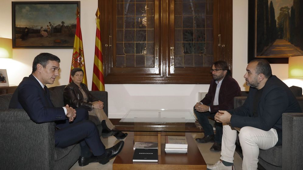 Foto: El presidente del Gobierno, Pedro Sánchez (i), y los secretarios generales en Cataluña de UGT, Camil Ros (2d), y CCOO, Javier Pacheco (d), en presencia de la la delegada del Gobierno en Cataluña, Teresa Cunillera. (EFE)