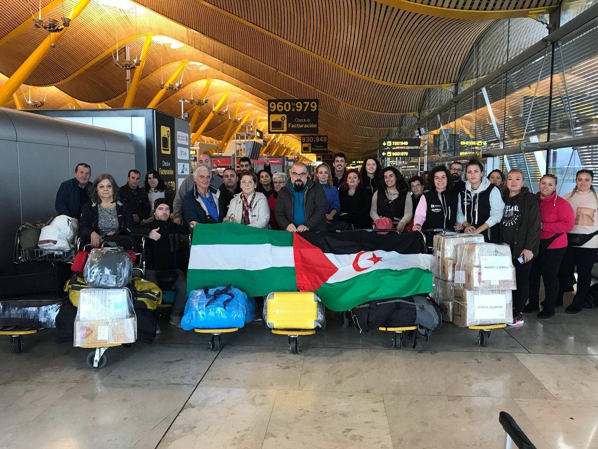 Foto: Grupo de familias y cooperantes rumbo al Sáhara en el aeropuerto de Barajas. (Cedida)