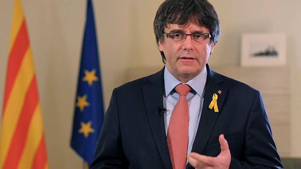 Foto: Puigdemont en un mensaje en vídeo en el que anunció su renuncia a 'president'. (EFE)