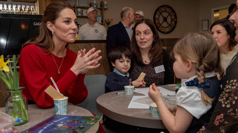 La duquesa de Cambridge, junto a la niña que tenía el cuento que lee a sus hijos. (Reuters)