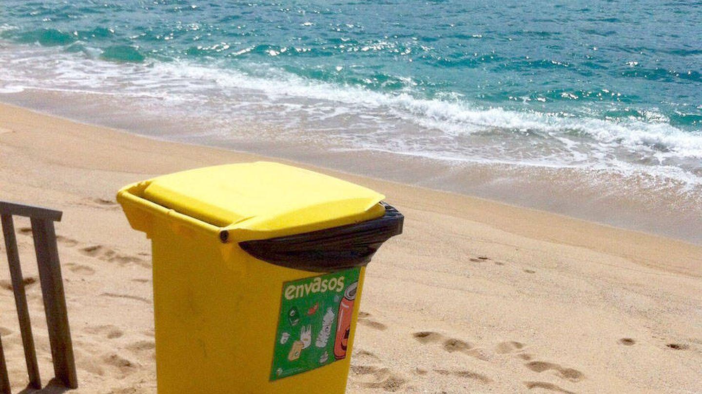 Un contenedor de envases ligeros en la playa. (Jose Luis Gallego)