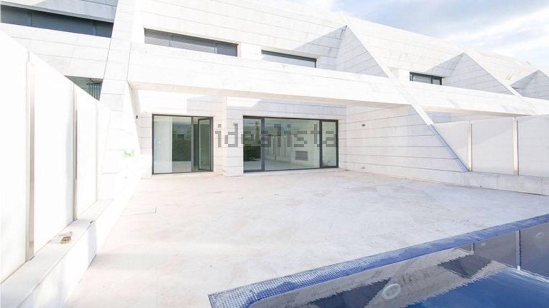 Terraza con piscina privada. (Idealista)
