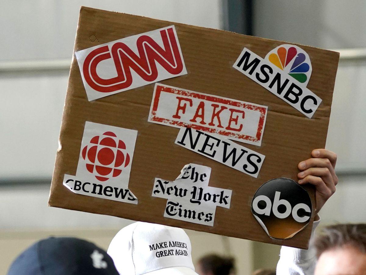 Foto: Cartel contra medios estadounidenses en un mitin de Donald Trump. (Reuters)