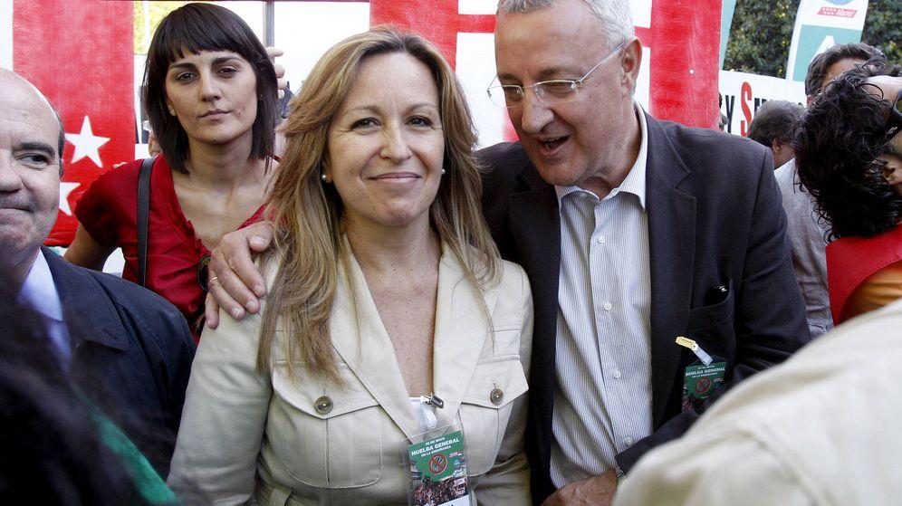 Foto: Los exministros Trinidad Jiménez y Jesús Caldera, en una manifestación en Madrid en mayo de 2012. Los dos salen ya del Congreso. (EFE)
