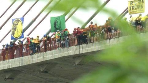 245 personas logran un récord Guinness saltando a la vez de un puente
