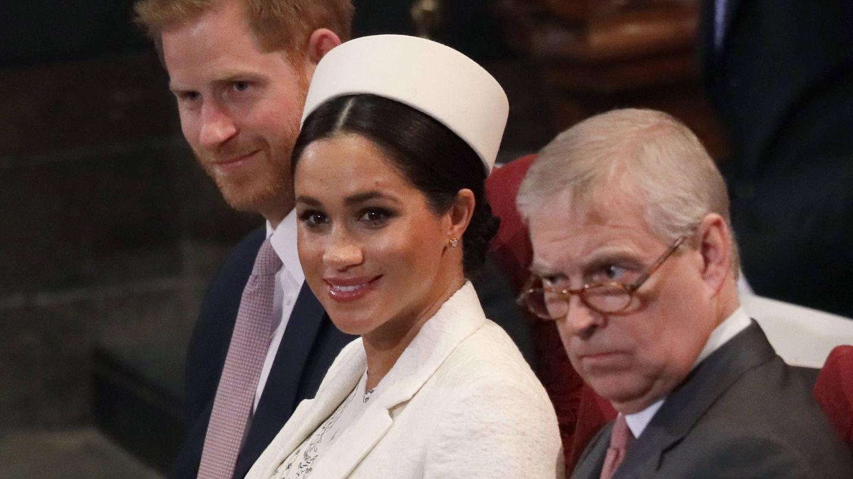 El príncipe Harry y Meghan Markle junto al príncipe Andrés. (Getty)