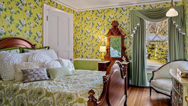 Uno de los dormitorios de la propiedad de John Travolta. (Sotheby's International Realty)