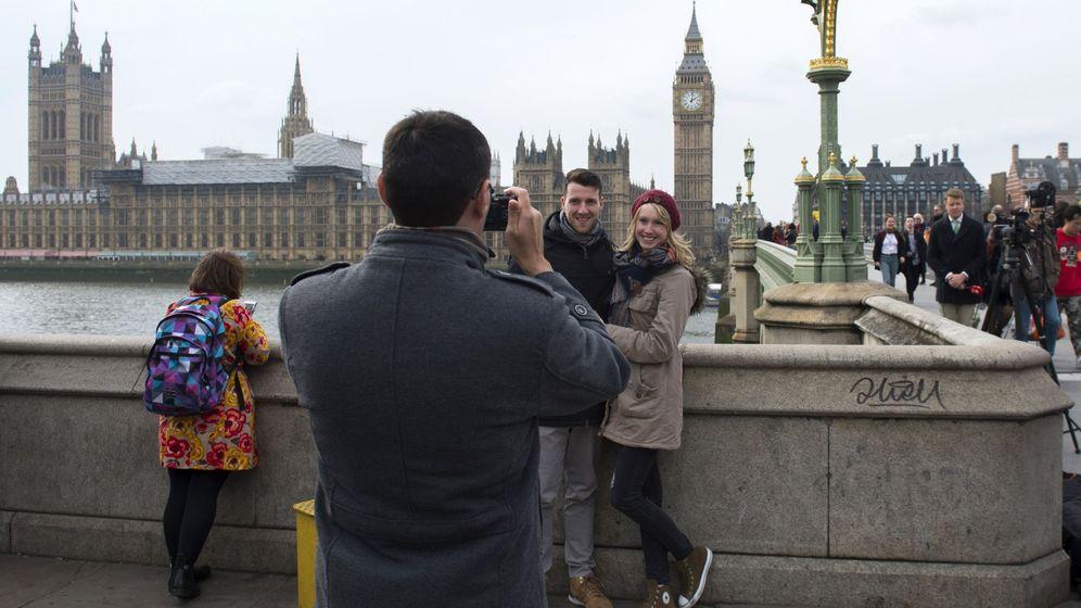 Foto: Dos turistas posan para una foto en el centro de Londres. (EFE)