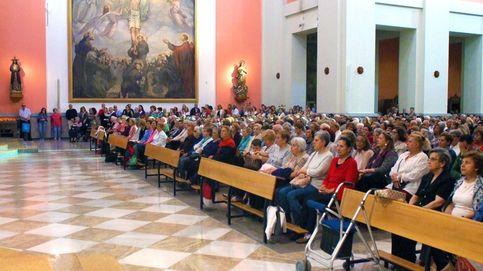 Iglesias que se abarrotan en Madrid: doble fila, efecto llamada y 15.000 hostias al mes