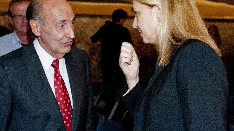 La patrona vitalicia de la Fundación Gala-Dalí, la infanta Cristina, conversa con su abogado y también patrono, Miquel Roca Junyent, en una imagen de archivo. (EFE)