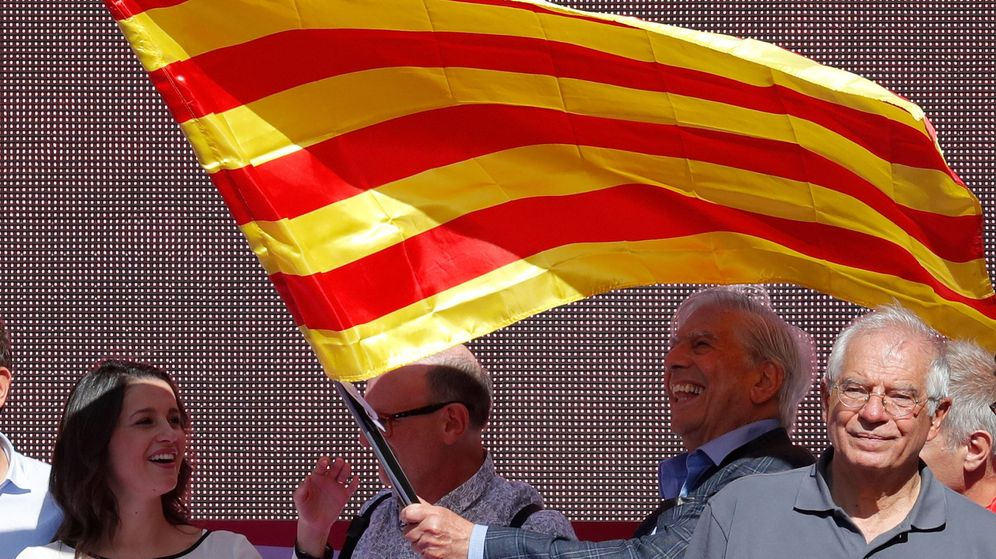 Foto: Vargas Llosa y Borrell, en la manifestación. (Reuters)