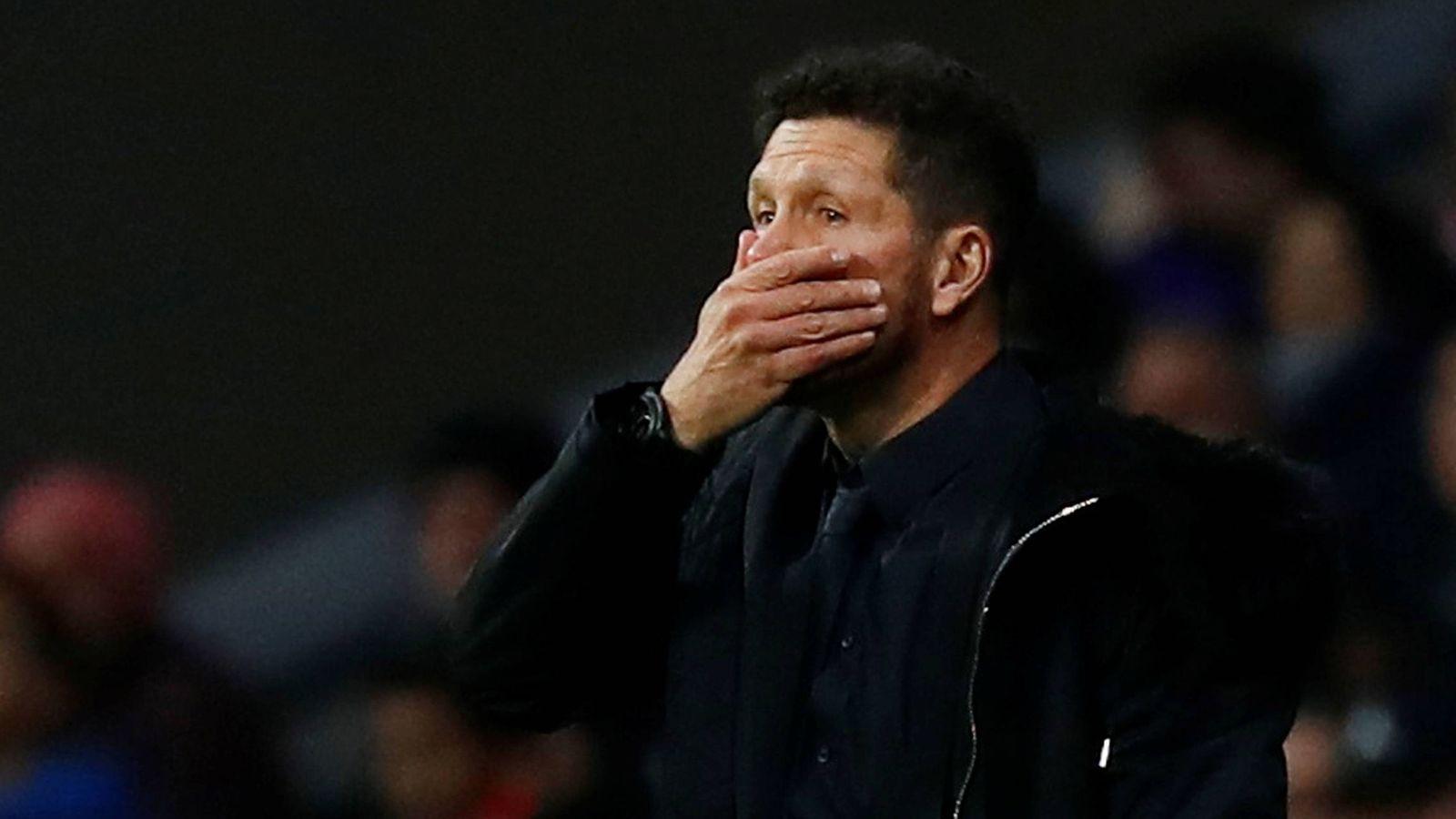 Foto: Simeone, con gesto serio, durante el Atlético - Borussia. (Reuters)