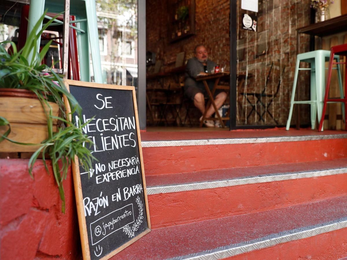 Foto: Una persona en un bar del centro histórico de Madrid. (EFE)