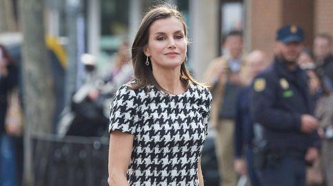 El vestido 'femme fatal' o el Armani vintage: ¿cuál es el mejor look de Letizia en febrero?