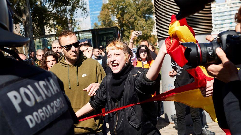 Foto: Una miembro de los CDR rompe una bandera española durante la manifestación de grupos independentistas contra Vox. (EFE)