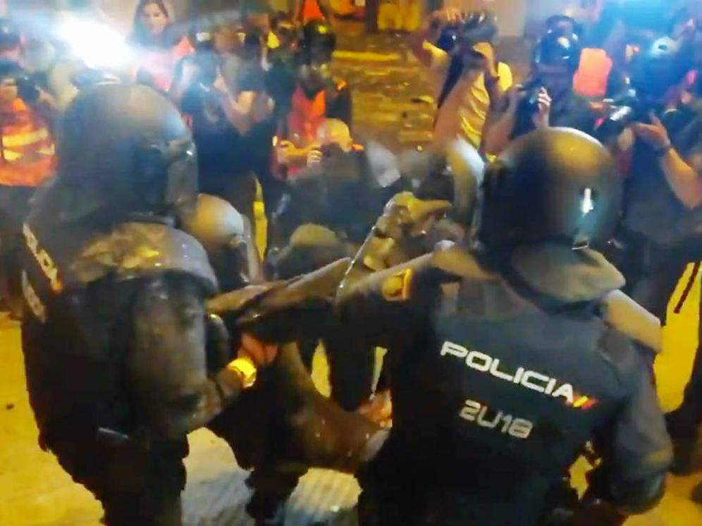 Foto: Un policía nacional ha sido herido en la cabeza. (@urisole)