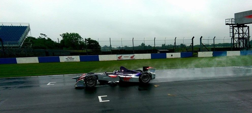 Foto: Virgin Racing rodando este martes en Donintong Park.