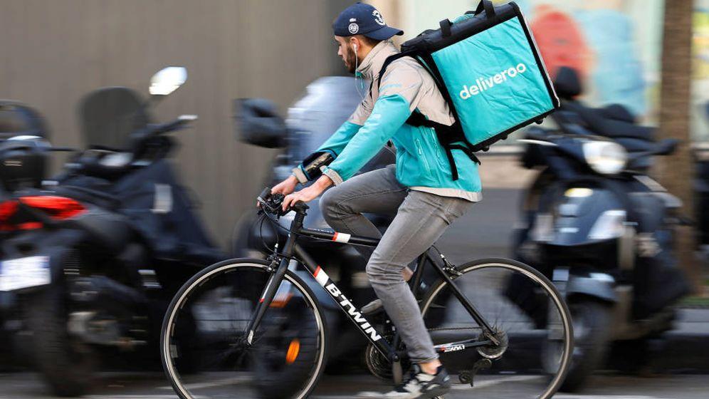 Foto: Un 'rider' de Deliveroo, en París. (Reuters)