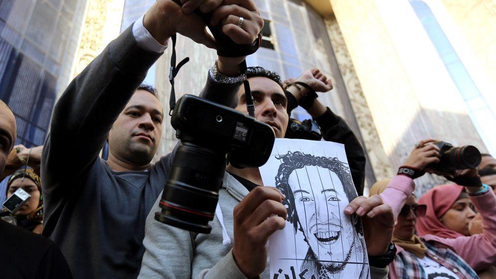 Foto: Periodistas y fotógrafos protestan contra el encarcelamiento del fotoperiodista Abou Zeid Shawkan en El Cairo, en febrero de 2015. (Reuters)