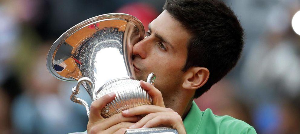 Foto: Djokovic besa su trofeo en Roma tras derrotar a Nadal en la final en el Foro Itálico.