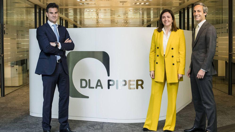Foto: Enrique Chamorro, Paula González de Castejón y Joaquín Hervada, nuevos socios de DLA Piper. (DLA Piper)
