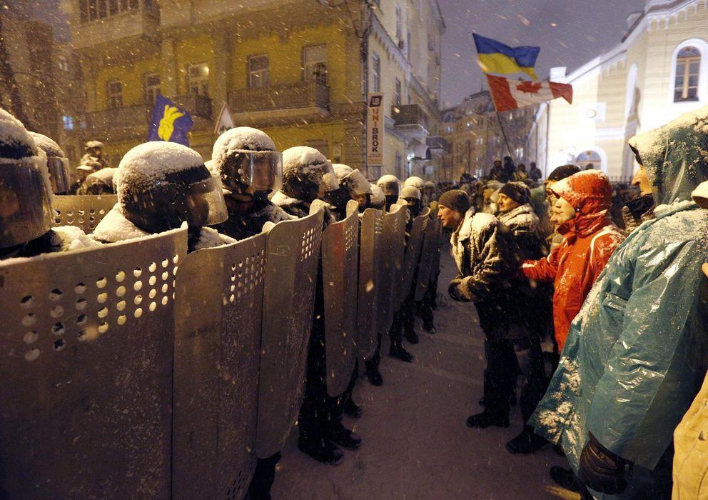 Foto: Agentes ante las protestas de la oposición en Kiev (Efe).