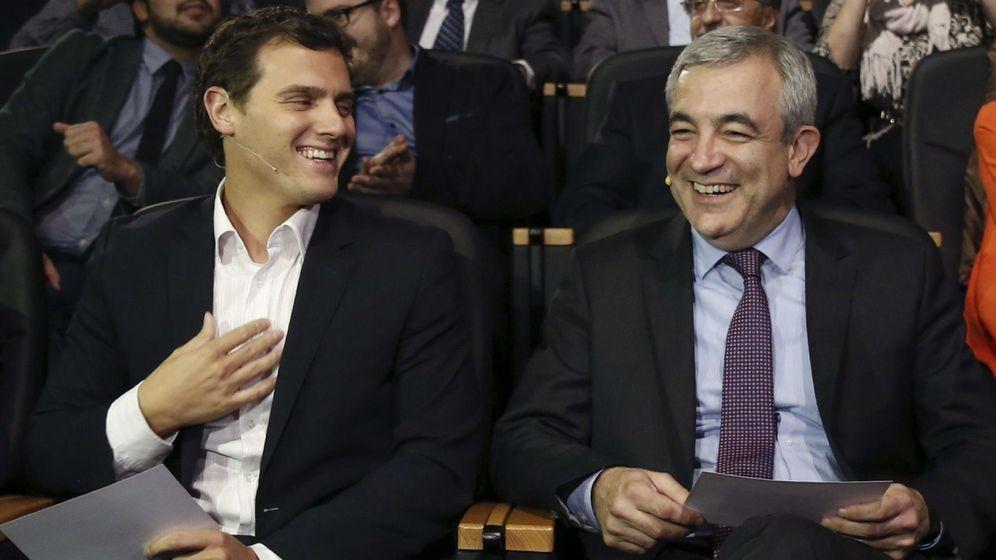 Foto: El presidente de Ciudadanos, Albert Rivera (i), junto al economista Luis Garicano (d) (Efe)