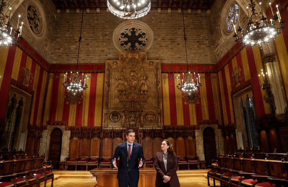 Foto: Pedro Sánchez y Ada Colau, durante su comparecencia en el Saló de Cent del Ayuntamiento de Barcelona, este 7 de febrero. (EFE)