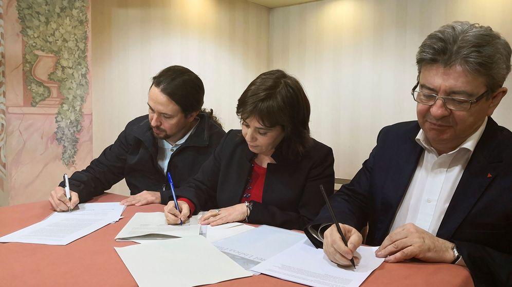 Foto: El secretario general de Podemos Pablo Iglesias, la coordinadora del Bloco de Esquerda Catarina Martins y el presidente de la France Insumise, Jean-Luc Mélenchon, firman la declaración de Lisboa. (EFE)