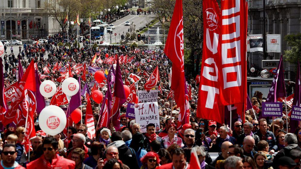 Foto: Miles de personas participan en la manifestación celebrada esta mañana en Madrid con motivo del Primero de Mayo. (EFE)