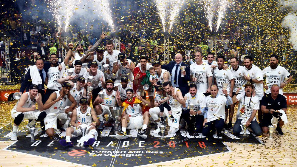 Foto: La foto de familia del Real Madrid tras ganar la Euroliga en Belgrado. (Reuters)