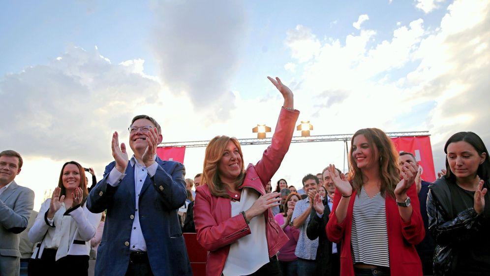 Foto: Susana Díaz, en Valencia, entre Ximo Puig y la teniente de alcalde Sandra Gómez. (EFE)
