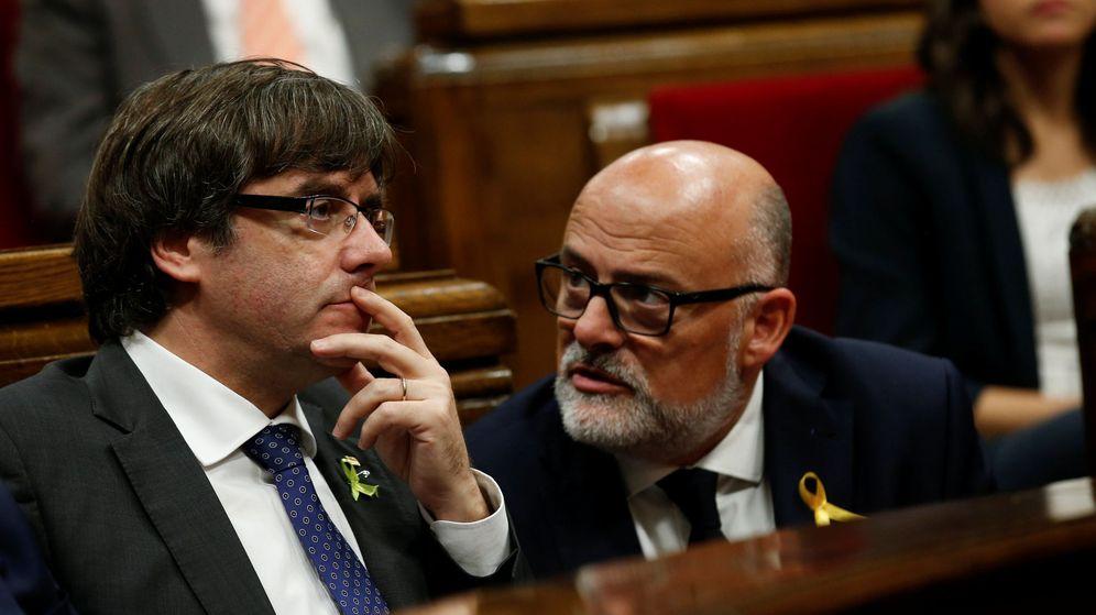 Foto: Carles Puigdemont junto al portavoz de Junts Pel Sí Lluís Corominas. (Reuters)