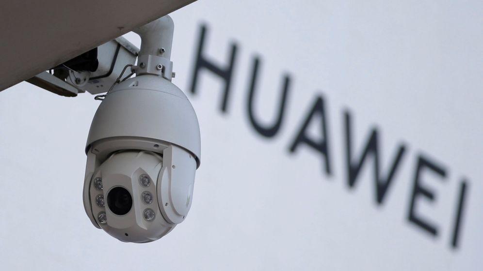 Foto: Una cámara delante del logo de Huawei. (Reuters)