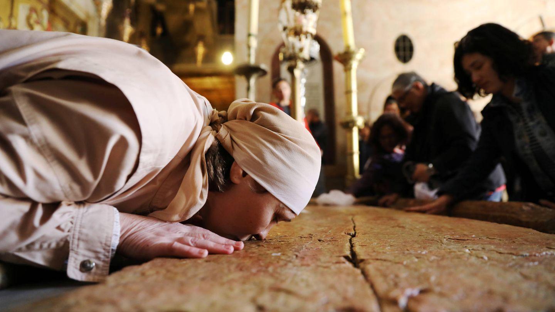 Cristianos besan la Piedra de la Unción, en la Iglesia del Santo Sepulcro, en la Ciudad Vieja de Jerusalén. (Reuters)