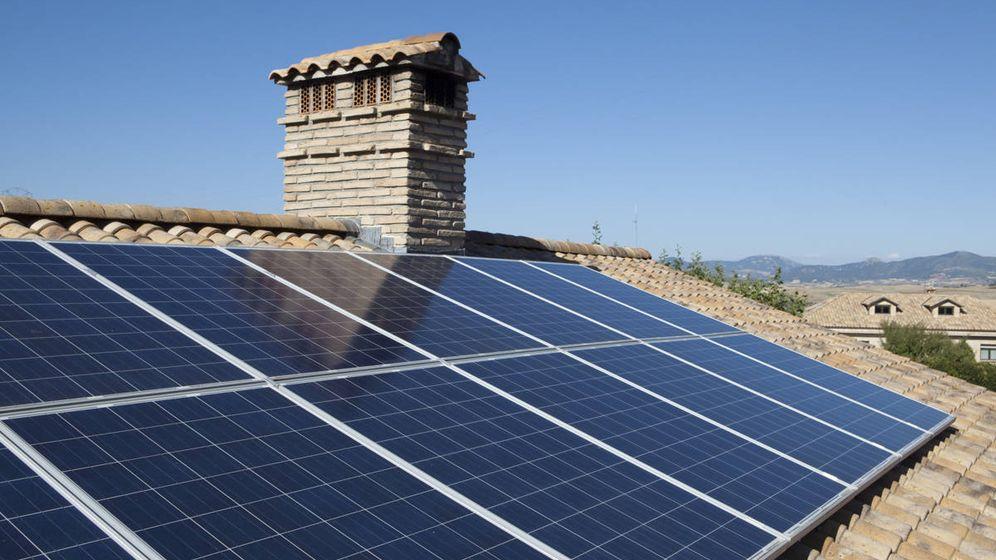 Foto: Instalación de placas solares en una vivienda.
