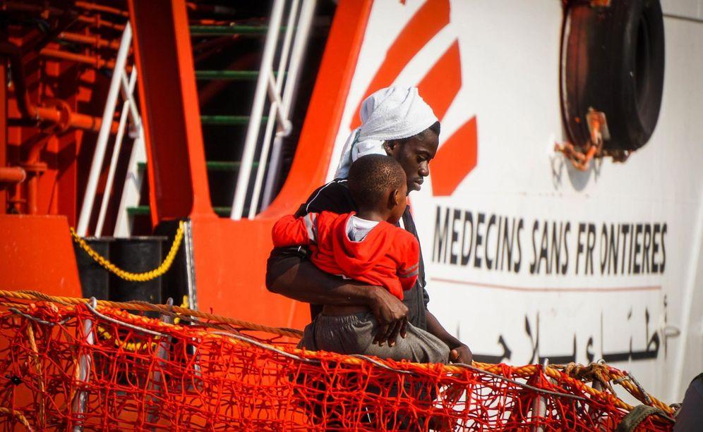 Foto: La embarcación 'Vos Prudence', de Médicos Sin Fronteras, en el puerto de Salerno, sur de Italia. (EFE)