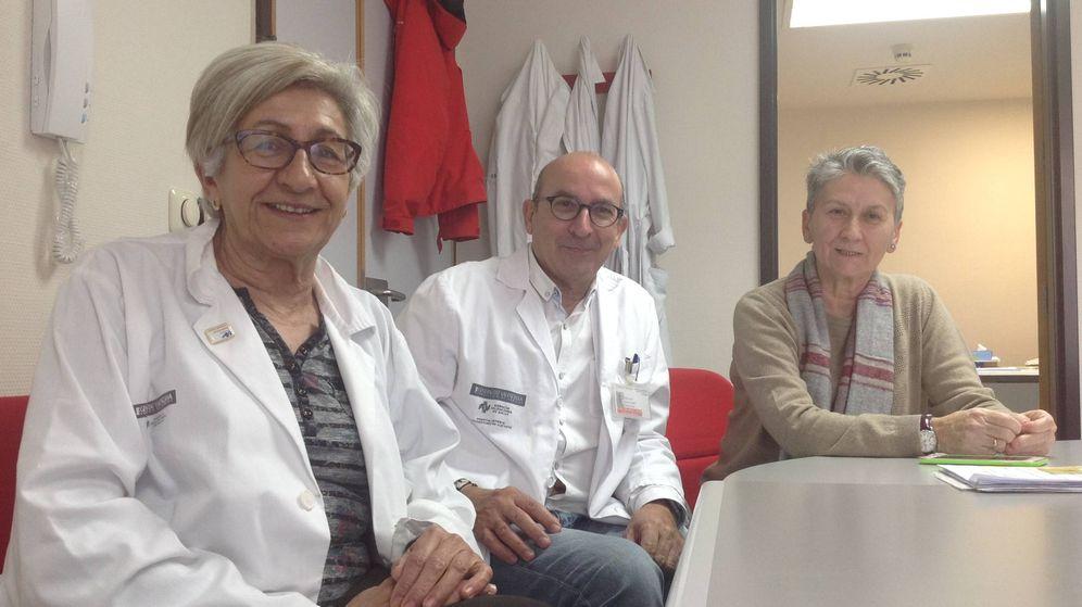 Foto: Puri Gómez, Carlos Santiago y Adela Moñino, fundadores del equipo de coordinación de trasplantes del Hospital de Alicante. (V. R.)