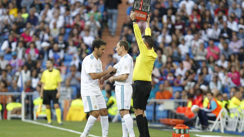 Raúl pasando el brazalete de capitán a Butragueño en un amistoso. (Cordon)