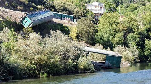 Adif arroja al fondo del río Sil vagones de un tren que descarriló en Galicia
