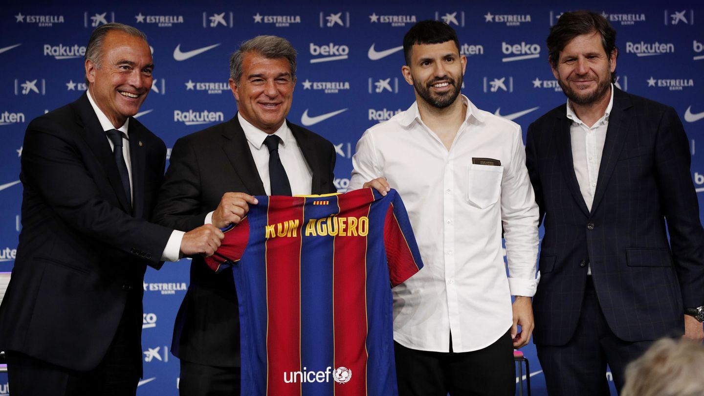Mateu Alemany (a la derecha) posa durante la presentación del Kun Agüero. (Reuters)