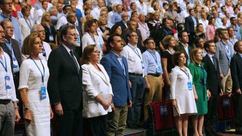Todos en pie y lágrimas de Cospedal al escuchar el himno de España