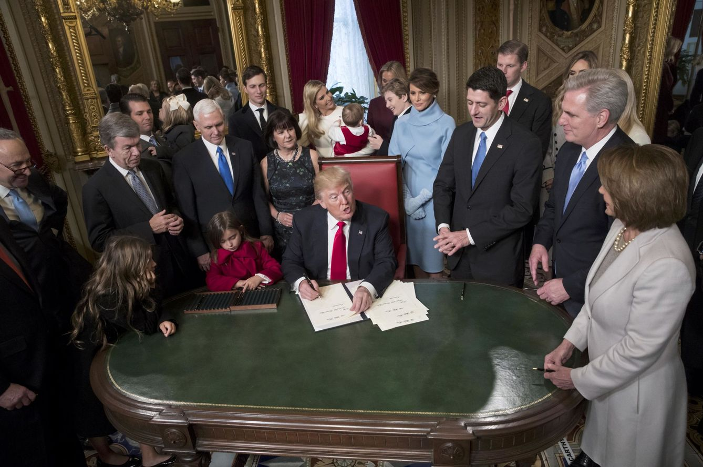 Foto: El presidente Donald Trump rodeado por los líderes del Congreso y su familia, en el Capitolio, Washington (Reuters).