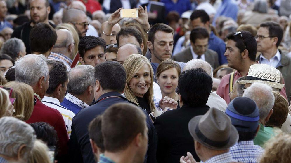 Foto: La candidata del PP a la Presidencia de la Comunidad de Madrid, Cristina Cifuentes, saluda a su llegada a un acto público en La Casa Grande de Torrejón de Ardoz. EFE