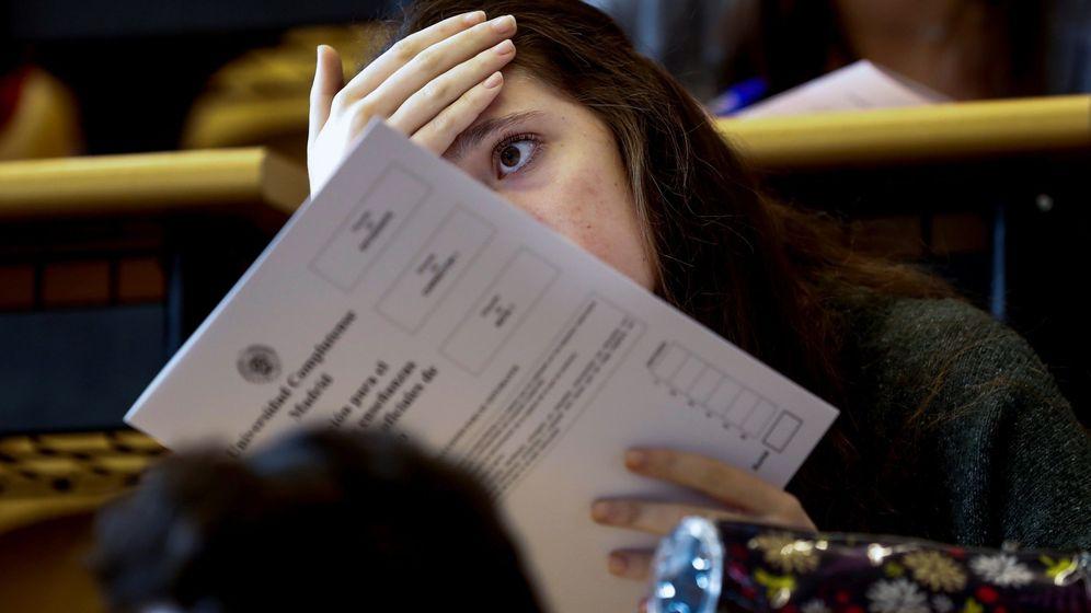 Foto: Una alumna, realizando la EBAU el pasado martes. (EFE/Emilio Naranjo)